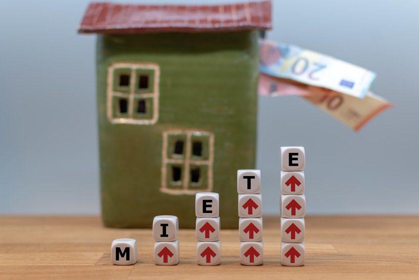 Haus mit Geldscheinen und Mietgrafik
